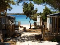 The camp contains equipped and air conditioned mobile homes, which are situated next to the beach.