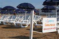 Le sdraio e gli ombrelloni nella spiaggia privata