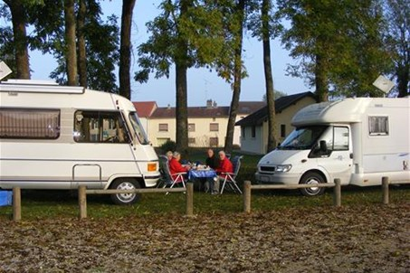 Ambiance amicale entre camping-caristes