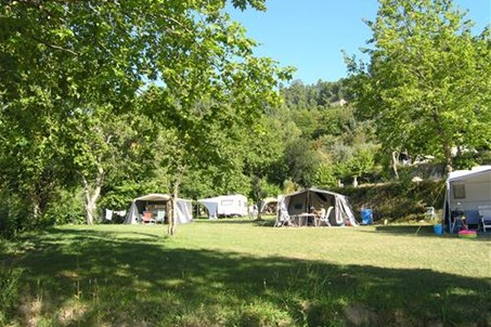 Kampeerterras voor caravans en tenten Pitches for tents and caravans Emplacements pour tentes et caravanes