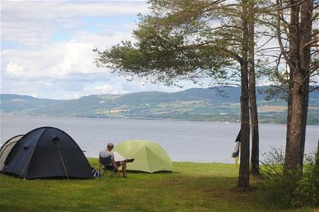 Camping by lake Mjøsa. Separate area for tents